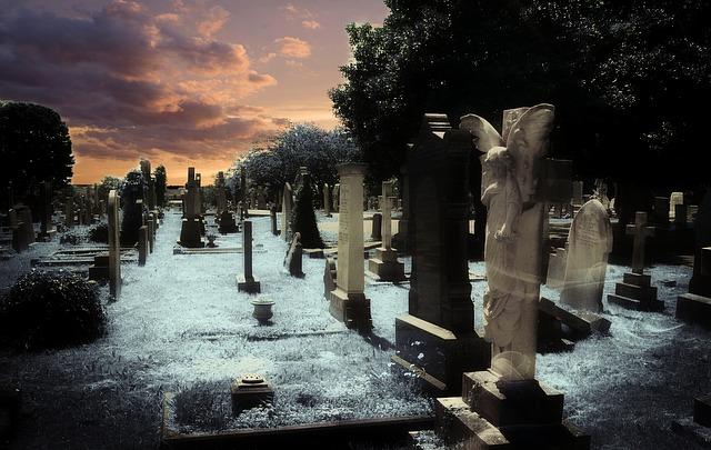 Cimitero di campagna in una notte d'estate